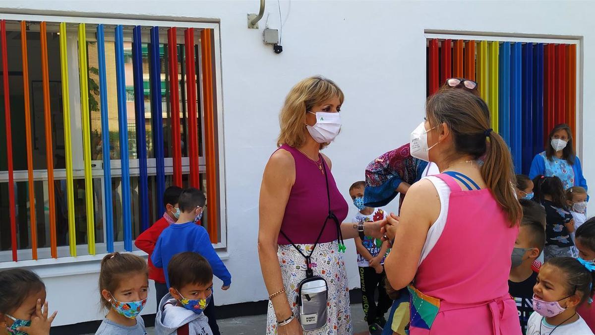 La delegada territorial de Educación y Deporte de la Junta de Andalucía en Córdoba, Inmaculada Troncoso, en su visita a la Escuela Infantil Parque Fidiana