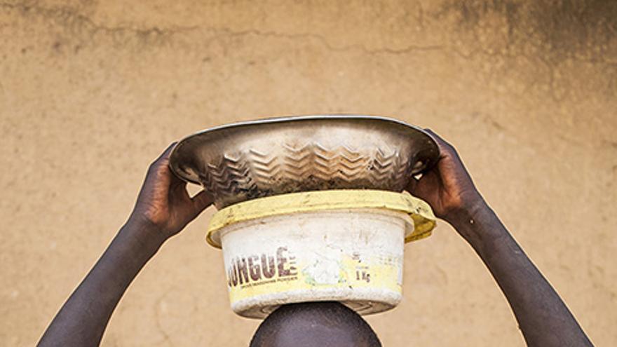Un menor talibé, con el cubo en el que recauda todo lo que mendiga para el maestro de su escuela coranic, daara, en Mbour, Senegal. | Luchas Vallecillos.