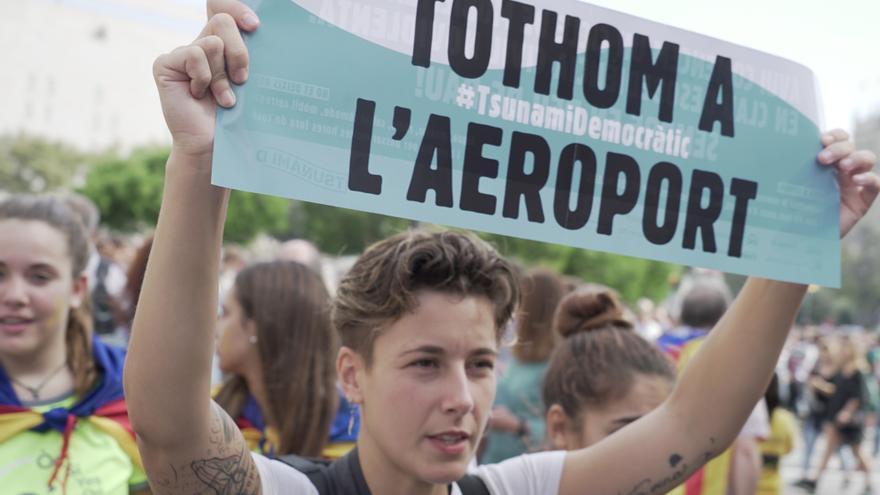 A las 13 horas del lunes, miles de manifestantes recibieron la consigna de ir al Aeropuerto de Barcelona-El Prat