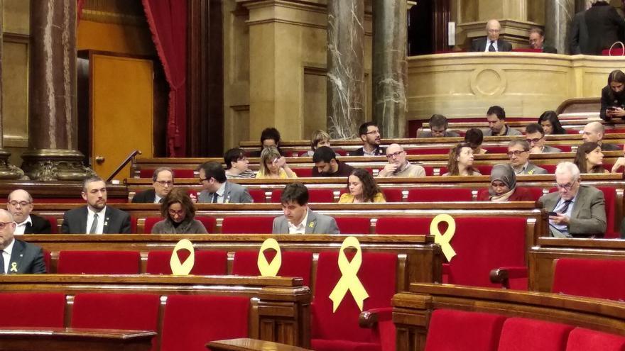 Colocan lazos amarillos en los escaños de los diputados encarcelados y en el extranjero