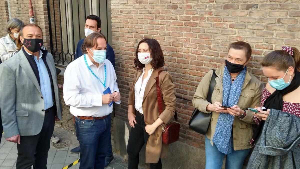 Díaz Ayuso, en la cola de entrada al colegio electoral este 4 de mayo