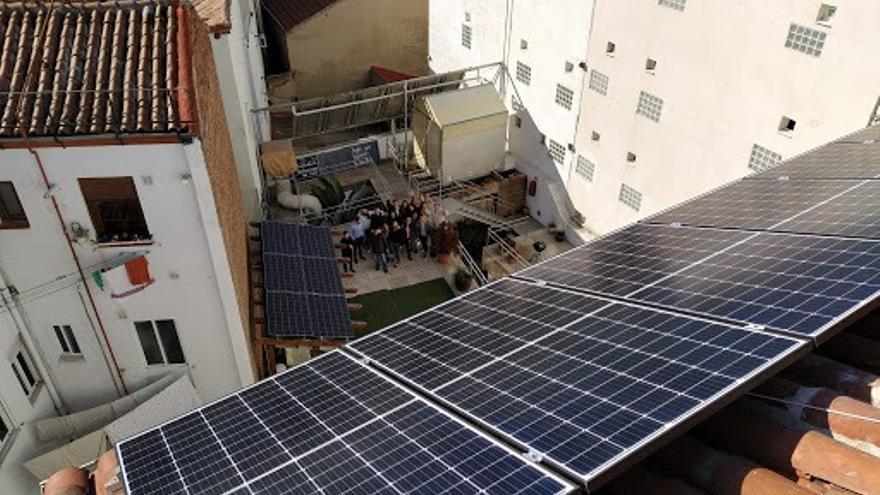 Los vecinos del 11 de la calle Escuadra, en Madrid, con la vista de las placas solares sobre su tejado.
