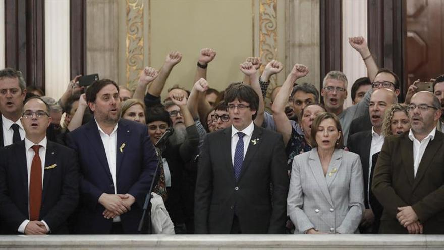Diputados independentistas cantan 'El Segadors' el 27 de octubre de 2017 en el Parlament