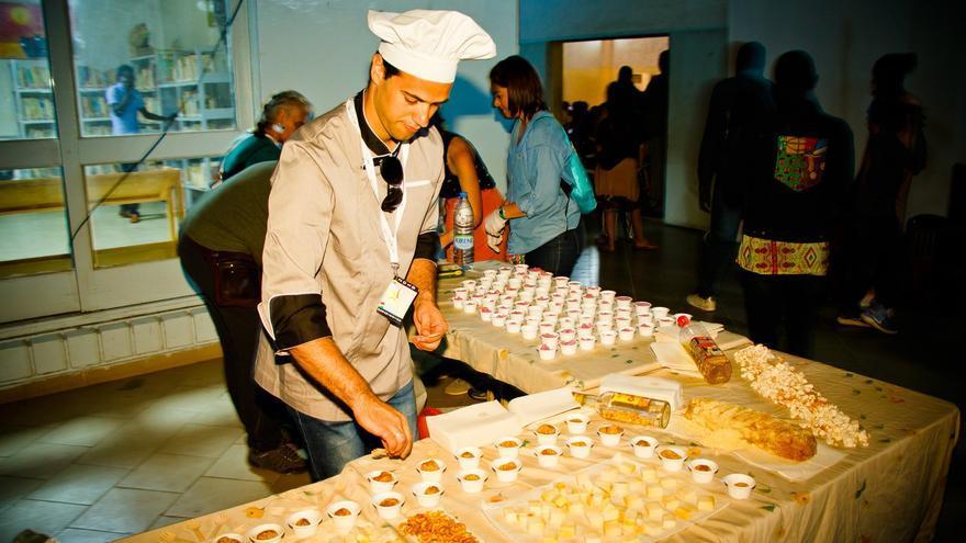 El cocinero Arham Marrero cocina comida canaria en el festival Ci La Book.