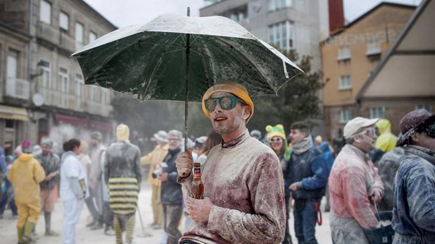 Una batalla campal de harina da la bienvenida en Xinzo al carnaval de Galicia