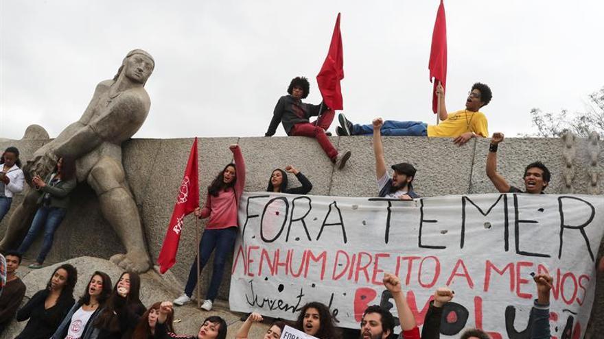 Movimientos sociales brasileños protestan frente a la casa de Temer en Sao Paulo