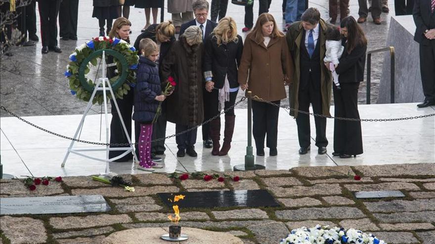 EE.UU. recuerda la muerte de Kennedy con una austera ceremonia ante su tumba