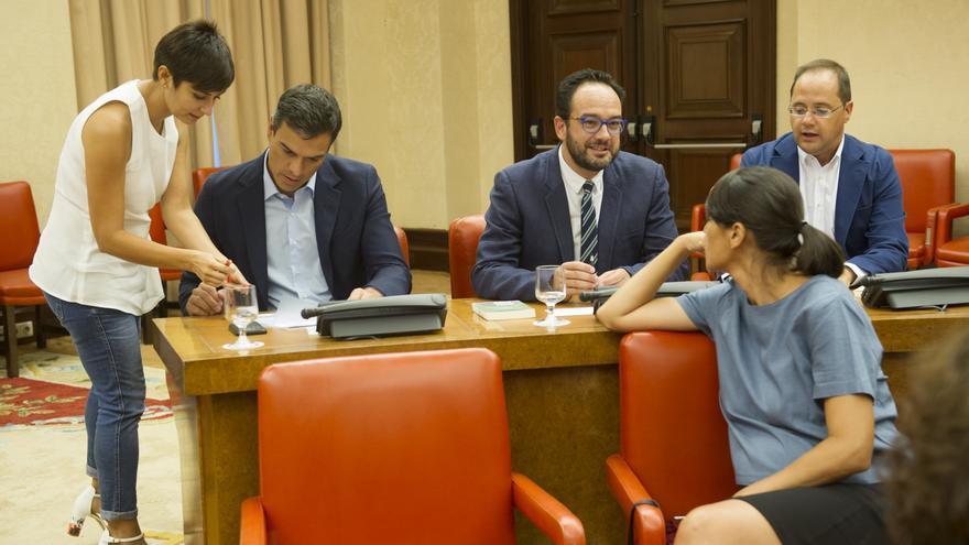 Pedro Sánchez junto a su equipo durante la reunión de la Diputación Permanente el pasado jueves / Foto: Borja Puig (PSOE)