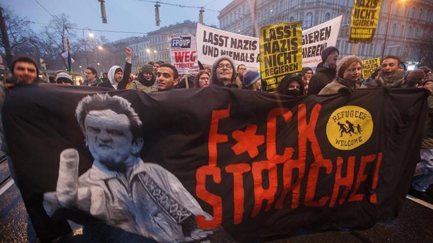 Miles de austríacos protestan contra la deriva ultraderechista del Gobierno