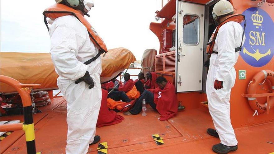 Localizan una balsa a la deriva en el Estrecho con seis inmigrantes