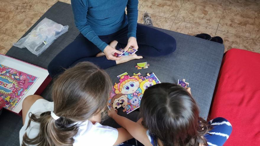 Iris juega con sus niñas para sobrellevar el confinamiento.