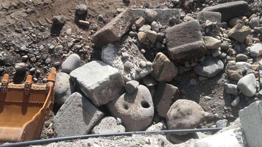 En la imagen, las piedras labradas halladas en la obra de la playa.