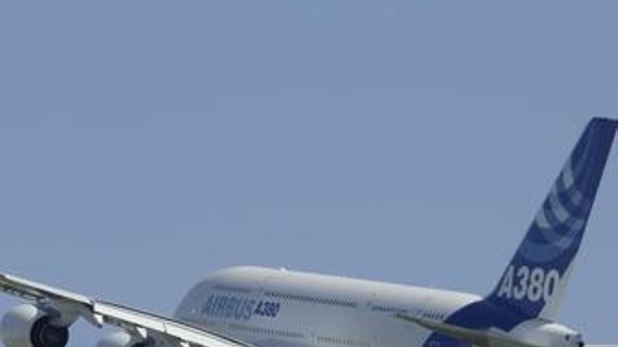 Emirates compra otros 32 'superjumbo' a Airbus