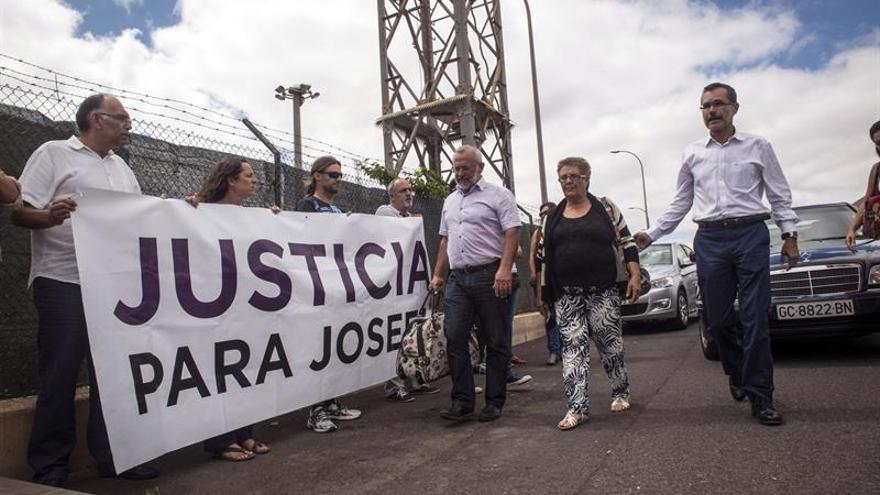 Josefa Hernández (c), de 62 años, a su llegada al centro penitenciario de Tahíche (Lanzarote), acompañada del presidente del Cabildo majorero, Marcial Morales (d), y el alcalde de Betancuria, Marcelino Cerdeña (i), entre otros. La vecina de Betancuria (Fuerteventura) ha ingresado en la prisión para cumplir una pena de seis meses por no derribar su casa, preocupada por la situación en la que quedan los tres nietos menores a los que cuidaba hasta ahora. (EFE/Javier Fuentes)