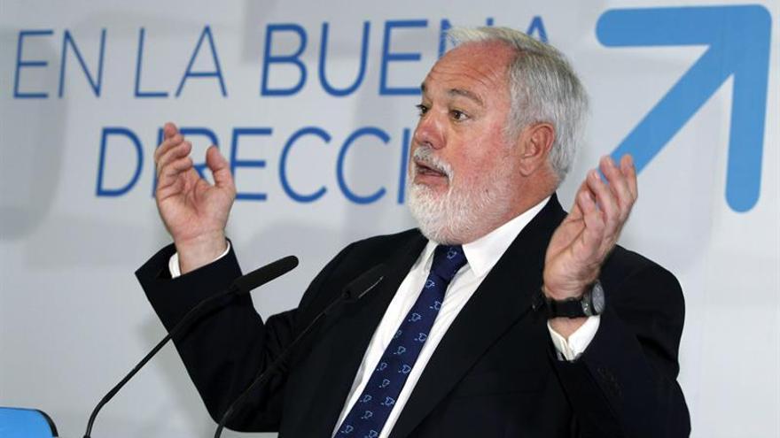 El cabeza de lista del PP a las elecciones europeas, Miguel Arias Cañete, durante un acto con cargos públicos de su partido celebrado este lunes en Las Palmas