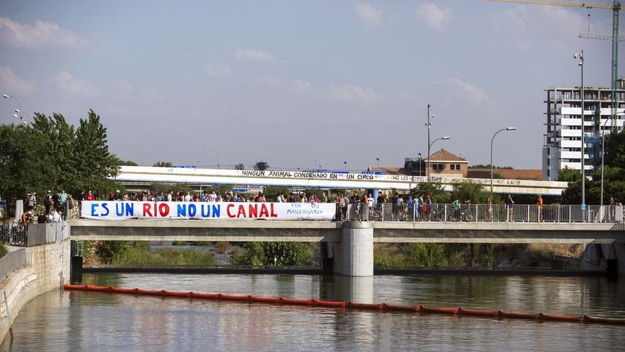 Protesta realizada el viernes por asociaciones vecinales y ecologistas contra el cierre de una de las presas del Manzanares. / Álvaro Minguito