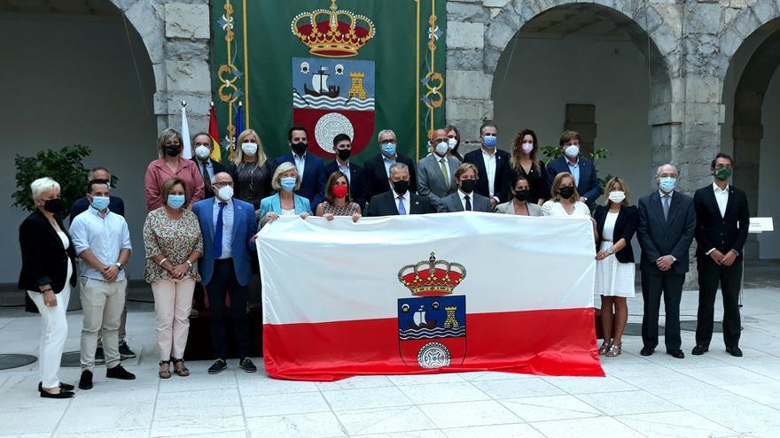 Entrega al alcalde de Reocín, Pablo Diestro, de la bandera de Cantabria que se izará en Día de las Instituciones.