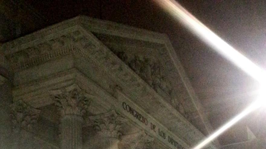 El Congreso con las luces de los directos de TV el 25S