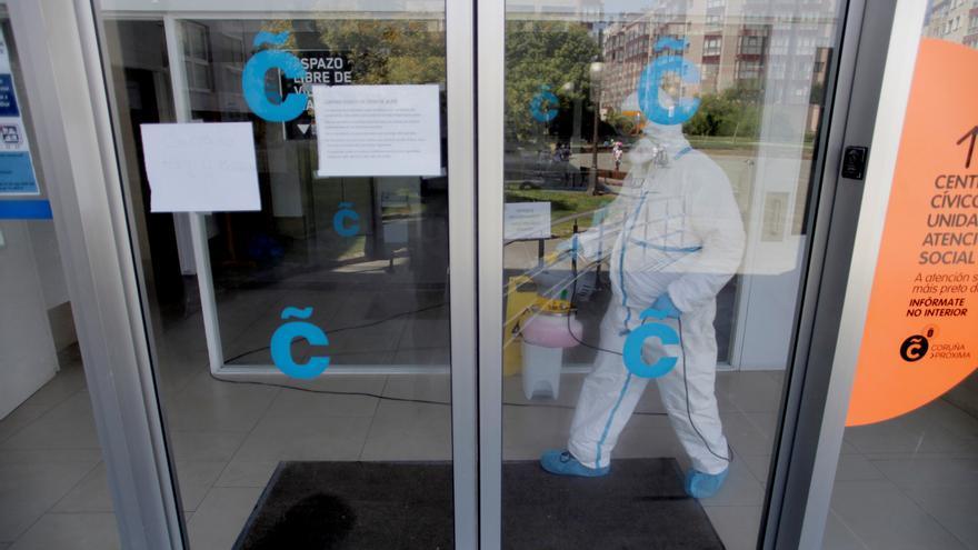 Un equipo de limpieza desinfecta el centro cívico municipal de Monte Alto, en A Coruña, que permanece cerrado desde hoy tras dar positivo por coronavirus un guardia de seguridad. EFE/ CABALAR