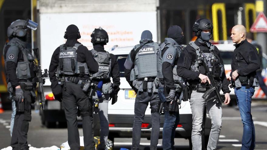 Policías armados vigilan la plaza del 24 de Octubre, donde varias personas han resultado heridas este lunes en un tiroteo, en la zona oeste de Utretch, Holanda.