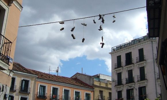 Zapatos colgados en la calle de San Andrés | A. P.