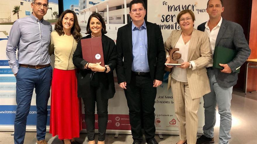 La directora del Servicio Canario de Salud (i) junto a los premiados.