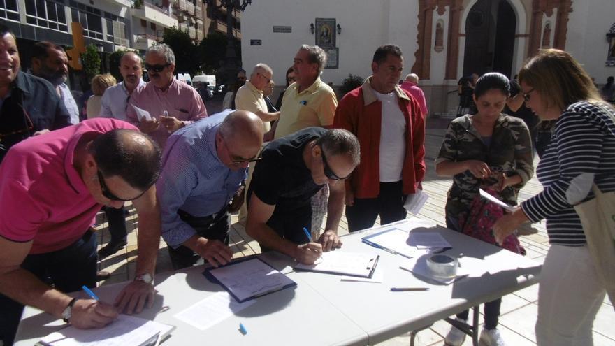 Pensionistas recogen firmas para poder pedir en el Ayuntamiento apoyo al cambio en el sistema de revalorización