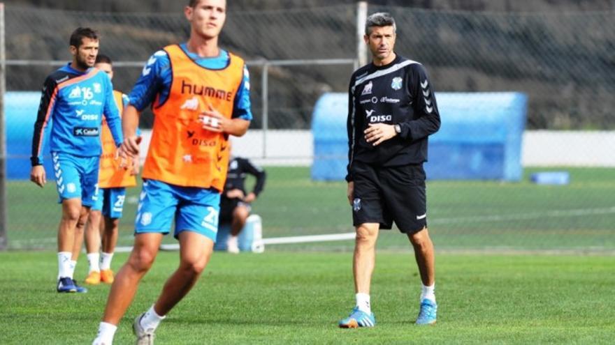 El técnico del CD Tenerife, Pep Martí, durante un entrenamiento.