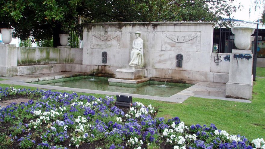 La ciudad de Santander, donde pasó su juventud, le dedicó en 1927 un monumento por suscripción popular. El conjunto, que incluye una fuente, fue realizado por el escultor Victorio Macho, está ubicado en los jardines de Pereda. En 1960 se añadió una placa en homenaje a su hijo, el periodista Víctor de la Serna.