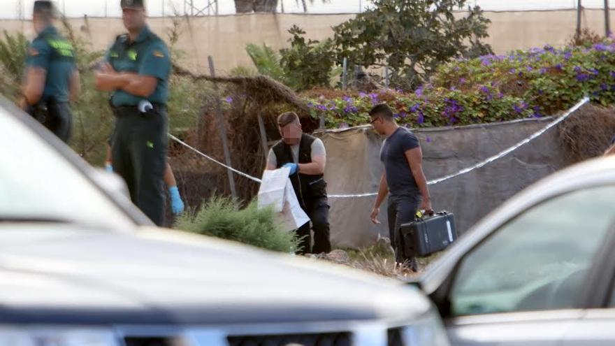 La Guardia Civil recoge los restos hallados en Vecindario. (ALEJANDRO RAMOS)