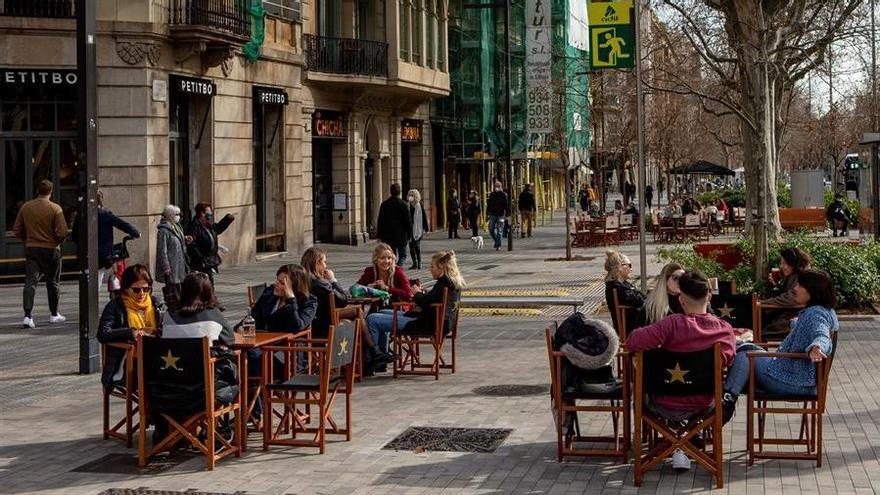 Aspecto de una terraza de un bar en el centro de Barcelona este viernes