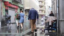 Una persona en situación de sin hogar en la calle comercial de Triana, en Las Palmas de Gran Canaria, antes del Estado de Alarma.