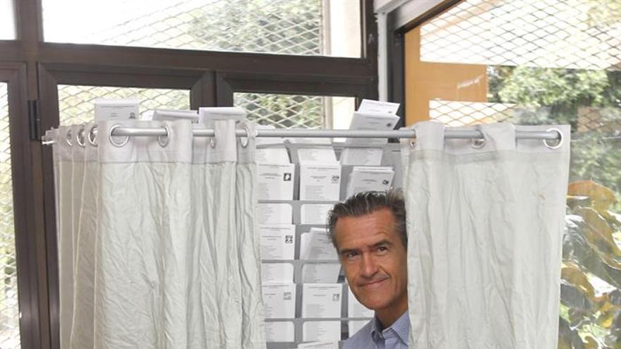 El candidato del PSOE Juan Fernando López Aguilar en su colegio electoral para votar en las elecciones al Parlamento Europeo.