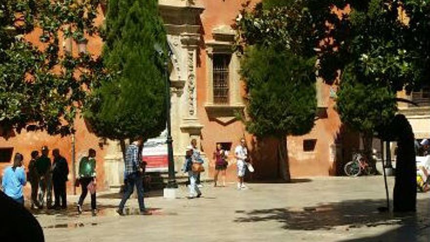 Los funcionarios (en el centro de la foto) entrando en el Arzobispado de Granada