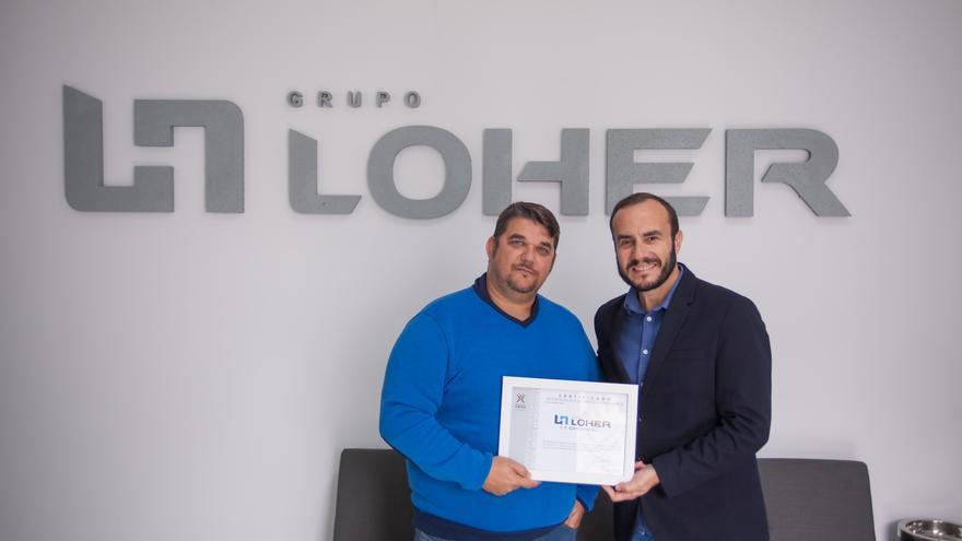 Isaac Lorenzo (I), presidente del Grupo Loher, recibe el certificado de empresa responsable.
