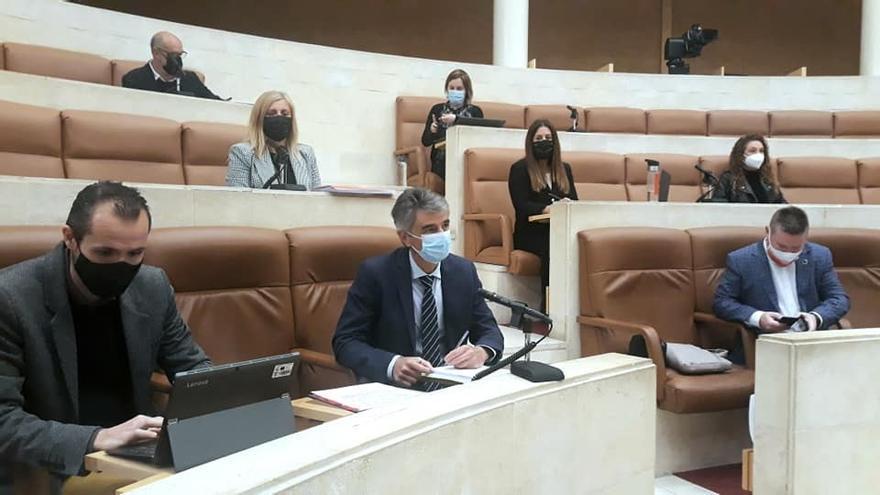 Comparecencia de César Aja, director de la ACAT (abajo en el centro) en el Parlamento de Cantabria