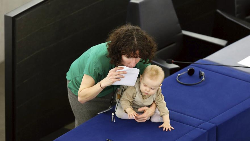 La laborista británica y eurodiputada, Anneliese Dodds, sostiene a su bebé durante la elección del nuevo presidente del Parlamento Europeo, en Estrasburgo, Francia, el 17 de enero de 2017.