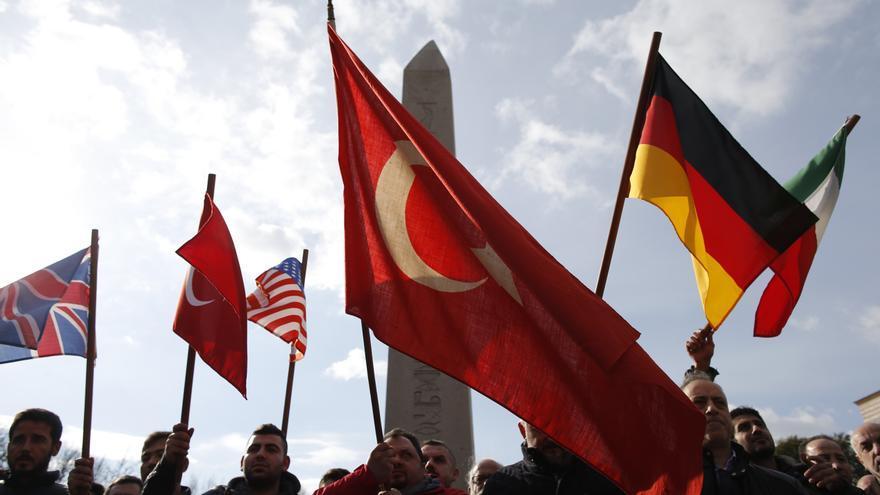 Manifestantes turcos alzan banderas en protesta al ataque bomba que se cometió en el centro de Estambul el pasado martes