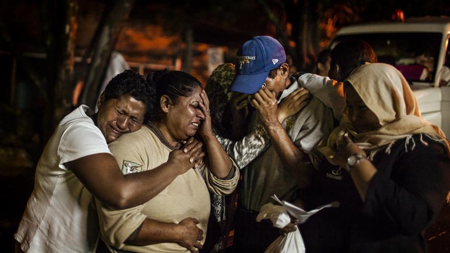 Los familiares de una transexual asesinada en Tegucigalpa lloran frente a la morgue de la ciudad. FOTO: Edu Ponces / RUIDO Photo