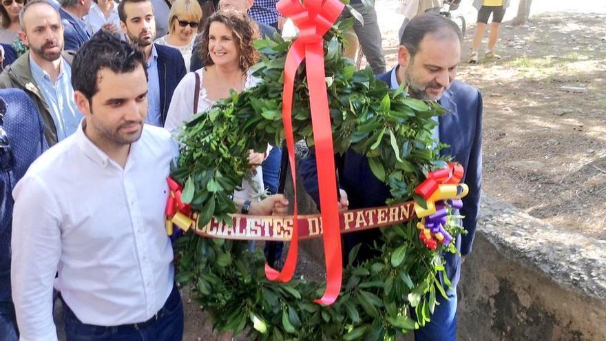 El alcalde de Paterna, Juan Antonio Sagredo, y el secretario de Organización del PSOE y ministro de Fomento en funciones, José Luis Ábalos, llevan una corona de flores al 'paredón de España'