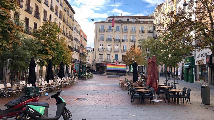 En muchas plazas, como la de Chueca en Madrid, no hay un lugar para sentarse sin consumir.