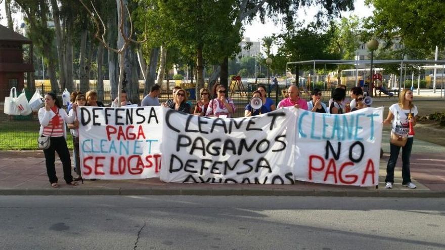 Los trabajadores de Cleanet protestan frente a la Delegación del Gobierno de Murcia / Imagen: Podemos Murcia