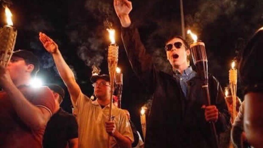 Varios neonazis manifestándose en Charlottesville