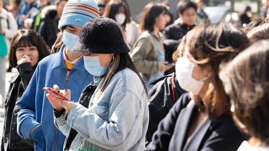 Muchos extranjeros y japoneses visitan el barrio de Harajyuku, en Tokio, usando máscaras para protegerse del coronavirus.