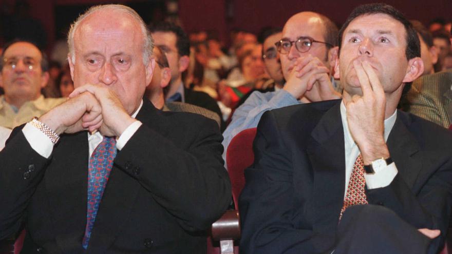 Alfredo de Miguel, en segunda fila, detrás de Xabier Arzalluz y Juan José Ibarretxe en 1998