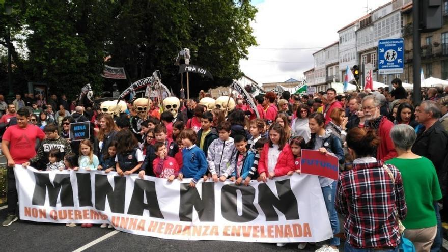 Niñas y niños en la cabecera de la manifestación