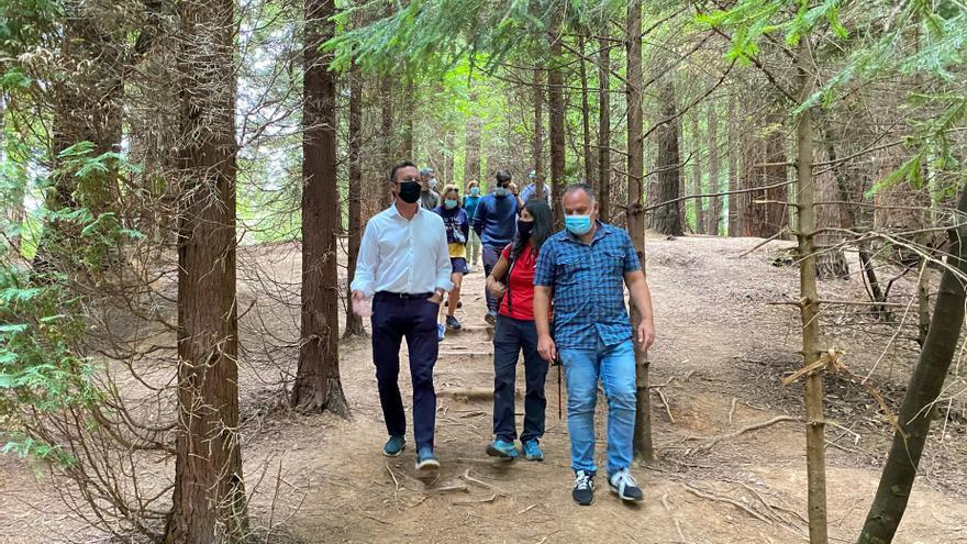 El consejero de Desarrollo Rural y Medio Ambiente, Guillermo Blanco (izda), participa junto con el alcalde de Cabezón de la Sal, Víctor Reinoso, en una ruta de 'Naturea' por el Bosque de Secuoyas