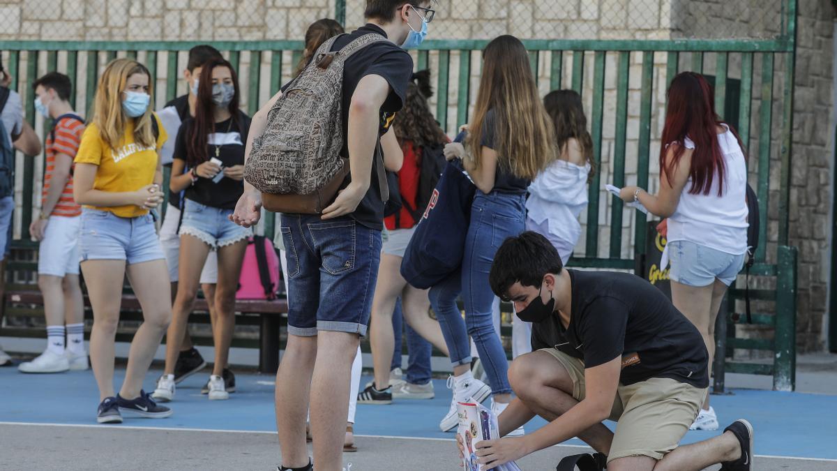 Estudiantes de bachillerato con mascarillas (imagen de archivo)