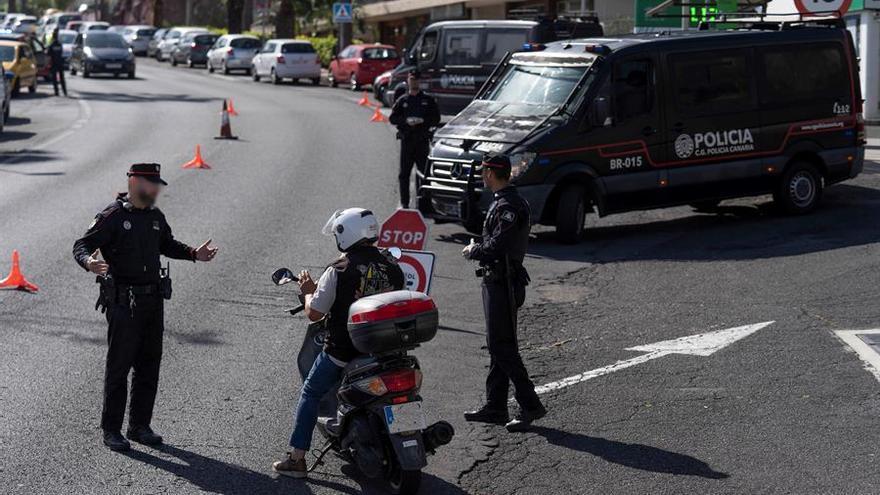 Agentes de la Policía Autonómica de Canarias realizan controles al tráfico rodado en la localidad de Puerto de la Cruz, en Tenerife