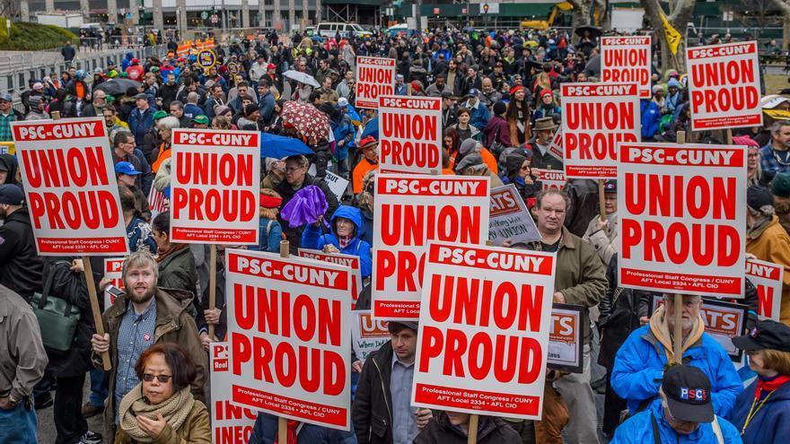 Manifestación en favor de los derechos sindicales en Nueva York el 24 de febrero en una movilización nacional con motivo del recurso en el Supremo.